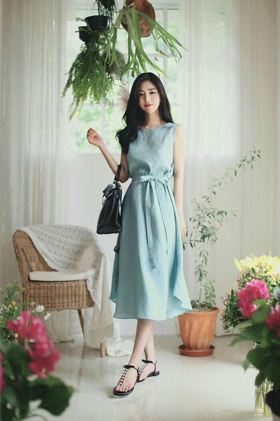 Phụ kiện đi kèm với các mẫu váy mang hơi hướng cổ điển thường là giầy mũi nhọn, sandal, dép slip on...