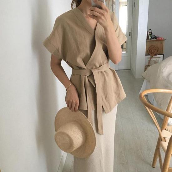 Gam màu trung tính, chất liệu vải có sự thoáng mát cao sẽ khiến phái đẹp nhẹ nhàng hơn khi đến văn phòng vào mùa nắng.