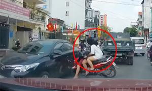 Nam thanh niên 'kẹp ba' tông ôtô vì sang đường ẩu