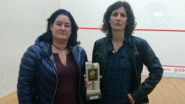 Sado Garriga (phải) bức xúc vì giải thưởng cô nhận.