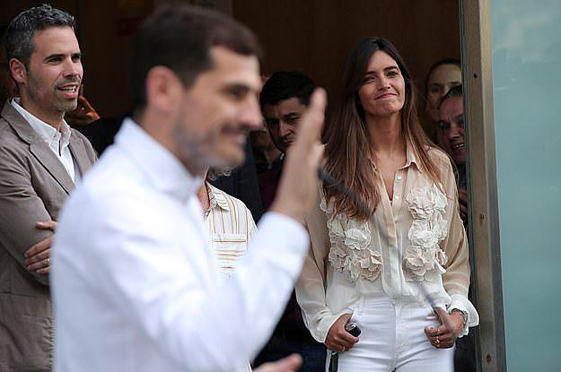 Sara luôn ở cạnh Casillas trong những ngày anh chiến đấu với bệnh. Ảnh: AP.