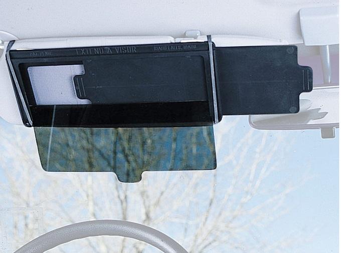 Tấm chống lóa là một trong những phụ kiện giúp chị em dễ dàng điều khiển xe hơn trong những điều kiện thời tiết như nắng chói chang. Đa số những xe khi không trang bị kính chống lóa, người cầm lái thường phải đeo kính râm, hoặc điều tiết mắt nhìn để quan sát rõ, khiến việc lái xe trở nên mệt mỏi, buồn ngủ hơn. Sản phẩm kính chống lóa có thể điều chỉnh kích thước từ thương hiệu VZCY có giá 702.000 đồng trên Fado.