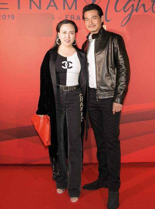 Diễn viên Quách Ngọc Ngoan sánh đôi bạn gái Phượng Chanel trong đêm tiệc Vietnam Night tại Cannes, tối 21/5.