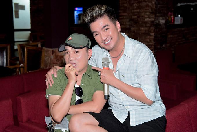 Quang Linh vờ tỏ ra thẹn thùng, e lệ khi được đồng nghiệp ôm.