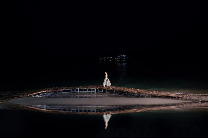 Tận dụng ánh sáng mặt trời và bố trí hệ thống đèn điện, đạo diễn Long Kan đã mang tới những khoảng khắc ấn tượng cho từng màn trình diễn ở Fashion Voyage 2.