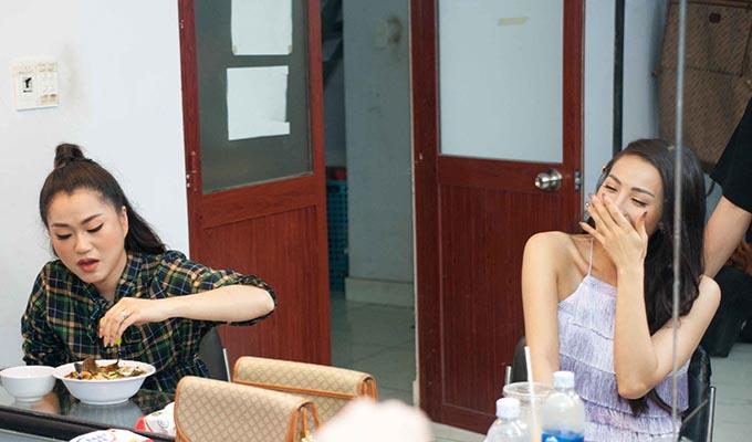 Yaya Trương Nhi bịt mũi khi Lâm Vỹ Dạ ăn bún mắm.