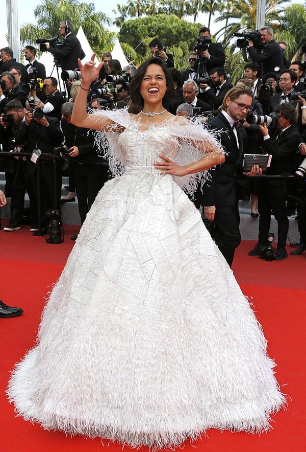 Tuy nhiên, phong cách của nữ diễn viên Hollywood lại không hề ăn nhập với bộ trang phục duyên dáng này. Michelle cười lớn, để lộ cả kẹo cao su trong miệng.