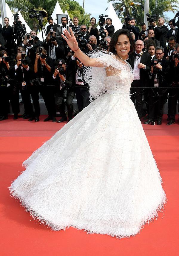 Michelle Rodriguez đến dự buổi chiếu phim Once Upon A Time tại liên hoan phim Cannes ngày 21/5. Cô xuất hiện nổi bật trong bộ đầm trắng lấy cảm hứng từ tiên nữ.
