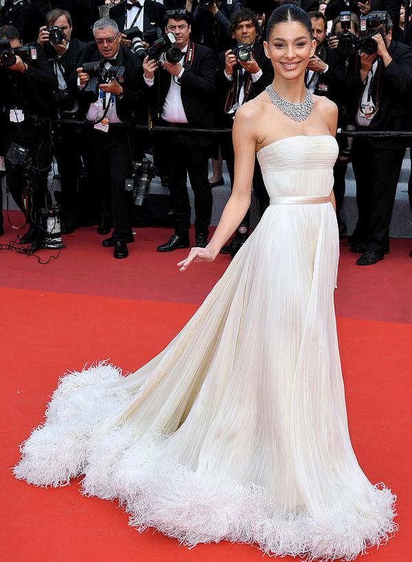 Bên cạnh Michelle Rodriguez, nhiều người mẫu, diễn viên tới xem bộ phim Once Upon A Time của đạo diễn Quentin Tarantino. Camila Morrone, 21 tuổi, là bạn gái hiện tại của ngôi sao Leonardo DiCaprio. Cô không đi cạnh Leo mà sải bước một mình trên thảm đỏ.