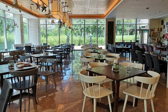 Có khoảng 12 quán cà phê lớn nhỏ nằm trong khuôn viên của trụ sở nhằm phục vụ các nhân viên tại đây. Nhân viên của Huaweitrả tiền đồ ăn thức uống bằng ứng dụng tích hợp trên điện thoại di động.