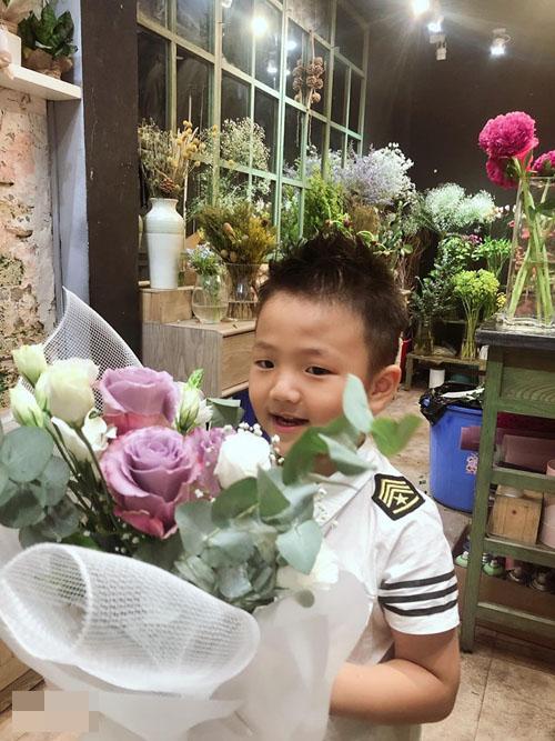 Bé Be muốn đem hoa về tặng mẹ Thu Quỳnh sau tiệc sinh nhật.