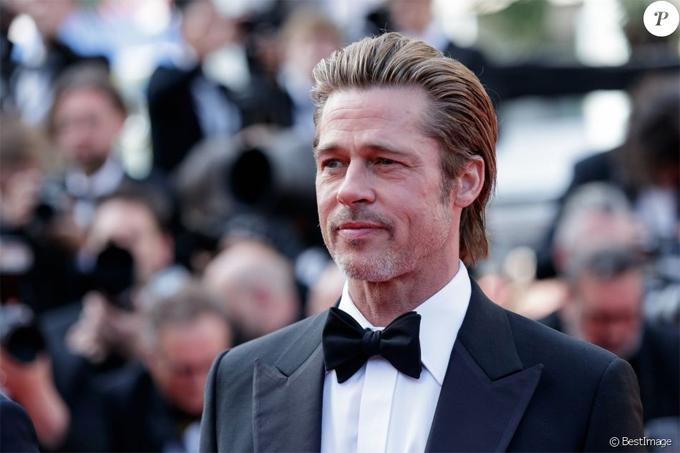 Brad Pitt tới thảm đỏ Cannes cùng đoàn làm phim Once Upon A Time vào chiều thứ ba, 21/5. Tài tử lịch lãm với vest đen và để mái tóc dài chải ngược. Trong hai năm gần đây, Brad thường xuất hiện với hình ảnh râu tóc rậm rạp và gương mặt hốc hác hơn vì cú sốc gia đình tan vỡ. Tuy nhiên hiện tại ông bố 6 con đã hoàn tất ly hôn, vượt qua sóng gió và tìm lại sự cân bằng trong cuộc sống mới.