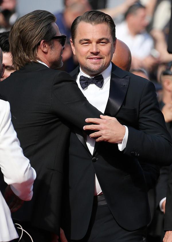Brad ôm chầm Leo khi bộ đôi gặp gỡ trên thảm đỏ Cannes. Hai nam diễn viên từng rất thân thiết khi đóng phim cùng vào hè năm ngoái.