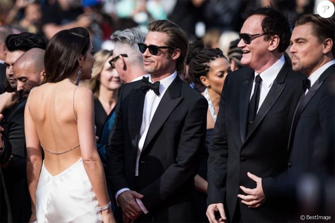 Brad vui vẻ trò chuyện với người vợ trẻ của đạo diễn Quentin Tarantino. Sau nhiều năm, Brad mới trở lại liên hoan phim Cannes khi có phim tranh giải. Trước đây, anh đã nhiều lần tới Cannes cùng Angelina Jolie.