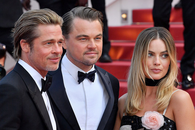 Brad Pitt, Leonardo DiCaprio và Margot Robbie là ba diễn viên chính của Once Upon A Time - bộ phim tái hiện hào quang và mặt trái của kinh đô điện ảnh thế giới thời hoàng kim thập niên 1960. Câu chuyện phim đi theo hành trình làm nghề của ngôi sao phim cao bồi Rick Dalton (Leonardo DiCaprio đóng) cùng cascadeur thân thiết của anh là Cliff Booth (Brad Pitt đóng) và đề cập tới vụ thảm sát kinh hoàng nữ minh tinh Sharon Tate ( Margot Robbie đóng).