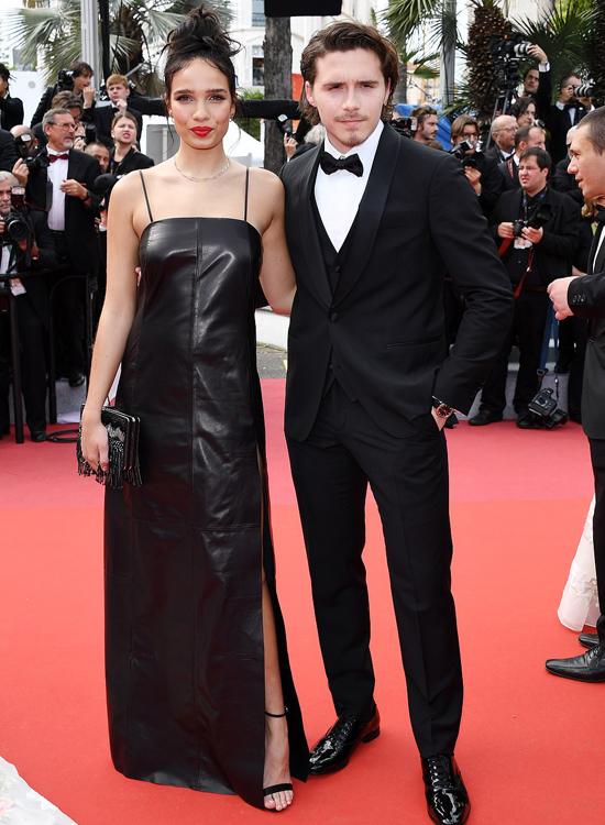 Xuất hiện tại buổi công chiếu phim trong khuôn khổ LHP Cannes, Brooklyn và Hana Cross lần đầu lên thảm đỏ cùng nhau. Cặp sao trẻ tuổi cùng diện trang phục đen của nhà thiết kế Salvatore Ferragamo, tình tứ sánh bước và tự tin tạo dáng trước ống kính.