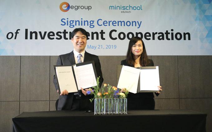 CEO Egroup Vũ My Lan (trái) tại lễ ký kết với Minischool.