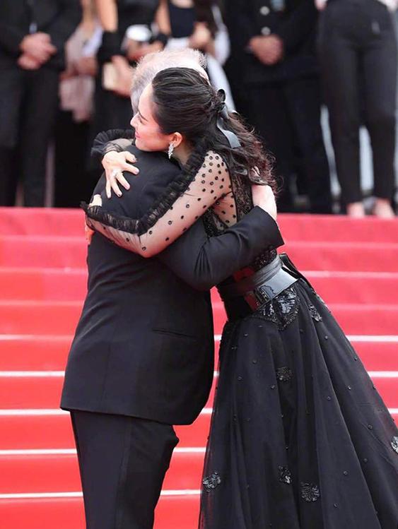 Giám đốc LHP CannesThierry Frémaux ôm Chương Tử Di trước buổi chiếu phim. Cô là khách mời quen thuộc của LHP danh giá, cũng là một trong hai minh tinh Trung Quốc được chào đón nhất tại LHP năm nay, bên cạnh Củng Lợi.
