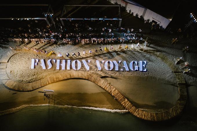 Hình ảnh toàn cảnh sàn catwalk mô hình bàn chân của đạo diễn Long Kan trong màn trình diễn bộ sưu tập kết chương trình.