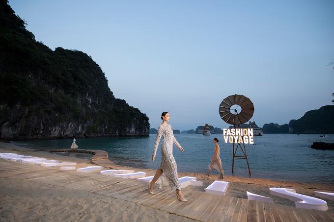 Khi hoàng hôn trên biển bắt đầu tắt cũng là thời điểm bộ sưu tập Before Sunset của nhà thiết kế Hà Nhật Tiến xuất hiện trên đường băng.