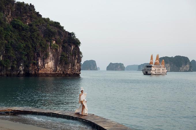 Siêu mẫu Khả Trang sãi bước chuyên nghiệp trên sàn diễn đẹp như một bức tranh với núi non, biển cả và những cánh buồm vươn xa ra đại dương.