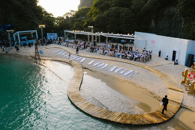 Sau khi lênh đênh trên biển, vượt qua bậc thang đá, khách mời tham dự Fashion Voyage 2 như vỡ òa khi được chiêm ngưỡng sàn catwalk độc đáo trên bãi Bàn Chân, vịnh Hạ Long.