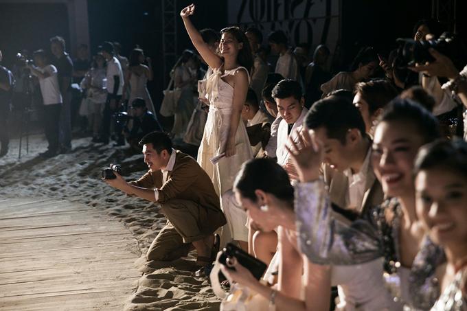 Thủy Nguyễn đứng bật dậy khỏi hàng ghế VIP vì quá hân hoan trước thành công của fashion show trên biển. Theonhà thiết kế, không chỉ có chị mà tất cả khách mời đều vô cùng hứng khởi và mãn nhãn trước các bộ sưu tập được trình diễn trên sân khấu của chương trình Lạc giữa kỳ quan.