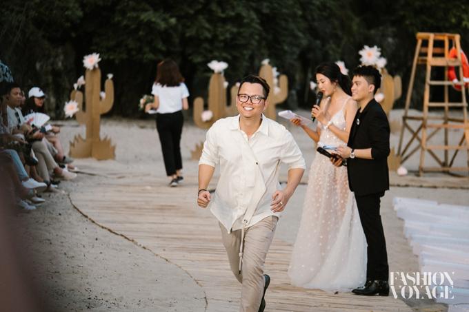 Nụ cười của đạo diễn Long Kan khi thấy được niềm hân hoan của tất cả khách mời khi được chiêm ngưỡng sàn catwalk bố trí hài hòa với khung cảnh thiên nhiên.