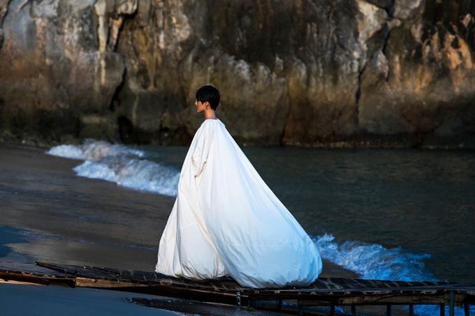 Người mẫu Khánh Linh bồng bềnh như áng mây trôi trên biển trong trang phục của Lâm Gia Khang. Sau show diễn, người mẫu không giấu được cảm xúc thích thú và đầy cảm hứng với công việc catwalk. Đặc biệt hơn cả là được xuất hiện trong vị trí vedette ở một show diễn hoành tráng.