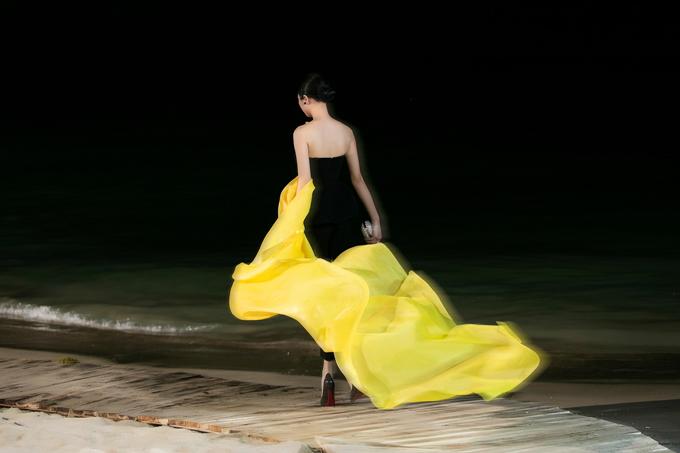 Khi biển bao phụ một màu đên lại tạo nên phông nền hoàn hảo để tôn các trang phục màu nổi và những bộ cánh dành cho tiệc tối kiểu dáng sang trọng của Hoàng Minh Hà.