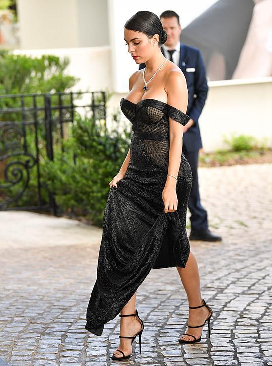 Bà mẹ 25 tuổi một mình đi dự sự kiện thuộc LPH Cannes lần thứ 72 mà không có người yêu điển trai đi cùng.