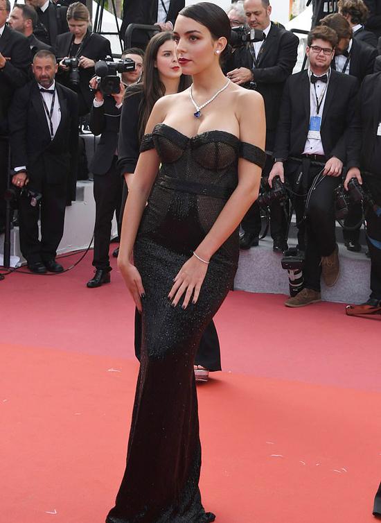 Là người mẫu, Georgina Rodriguez tự tin tạo dáng trên thảm đỏ LHP Cannes