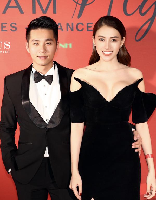 Người mẫu Lê Hà và chồng mới cưới mặc ton-sur-ton đen.