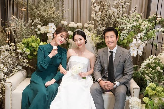 Vợ chồng Lee Min Jung - Lee Byung Hun dự đám cưới đồng nghiệpLee Jung Hyun hồi tháng 4.