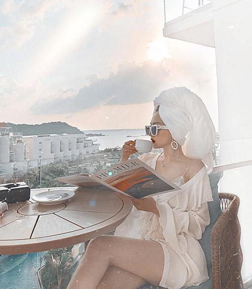 Với tiêu chí đặt việc sống ảo lên hàng đầu, cô nàng chọn một khách sạn có view đẹp ngay bên bờ biển, góc nào lên cảnh cũng vi diệu, chụp cháy máy không hết ảnh.