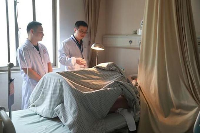 Tan Nan đang được chăm sóc, theo dõi trong bệnh viện Trường Sa, tỉnh Hồ Nam. Ảnh: Mirror.