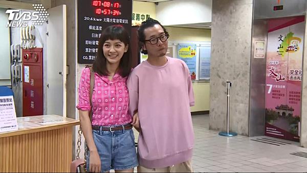 Tháng 8/2018, nữ diễn viên Đài Loan Trần Ý Hàm xác nhận có thai cùng bạn trai Hứa Phú Tường và chuẩn bị kết hôn. Chồng sắp cưới của người đẹp là đạo diễn nhiều phim nổi tiếng như Vườn sao băng (2018), 16 mùa hạ... Hai người hẹn hò được một năm trước khi tiến tới hôn nhân. Mỹ nhânTân Bộ Bộ Kinh Tâm đã hạ sinh quý tử đầu lòng, nặng 2,6kg vào ngày 9/2. Cô nàng còn hóm hỉnh chia sẻ: Lần đầu tiên nhìn thấy con, nhận ra mắt con hai mí là tôi cảm thấy vô cùng an tâm và hạnh phúc bởi vì con trai có đôi mắt giống tôi. Cô cũng gửi lời cảm ơn đếnông xã vìđã luôn túc trực ở bên, ủng hộ và cổ vũ cô trong thời gian lâm bồn. Cặp đôi đang dành nhiều thời gian ở bên con trước khi quay lại làng giải trí.