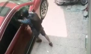 Thanh niên đập vỡ kính ôtô, trộm đồ trong 2 giây