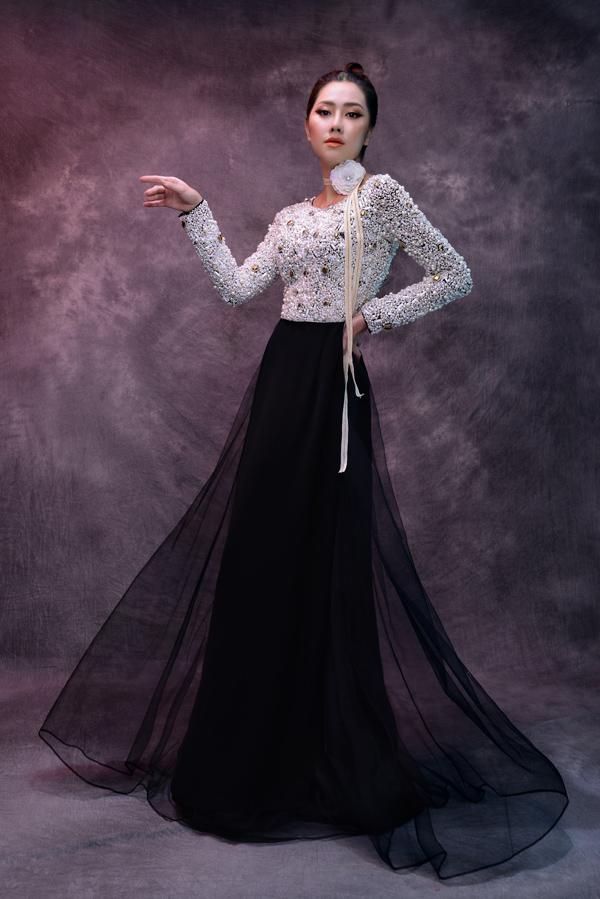 Tường Vi hóa quý cô truyền thống nhưng vẫn phảng phất nét hiện đại, kiêu kỳ khi thực hiện bộ ảnh áo dài theo lời mời của NTK Minh Châu.