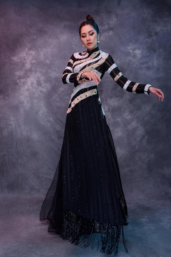 Duy trì phom dáng truyền thống nhưng các mẫu áo dài trở nên mới mẻ hơn nhờ ý tưởng trang trí độc đáo mà vẫn đảm bảo sự nền nã, lịch thiệp.