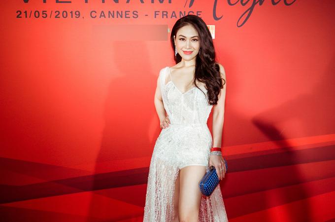 Hoa hậu Áo dài Tuyết Nga góp mặt trong dàn người đẹp dự buổi tiệc tổ chức tạiPháp.