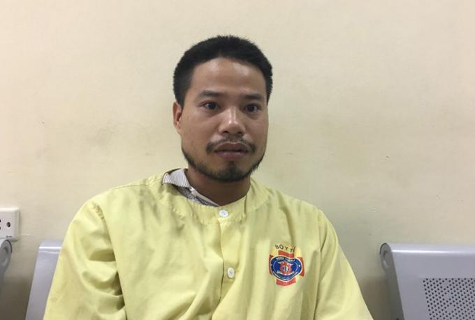 Anh Hùng ngồi chờ ngoài hành lang phòng mổ chiều 22/5. Ảnh: Lê Nga.