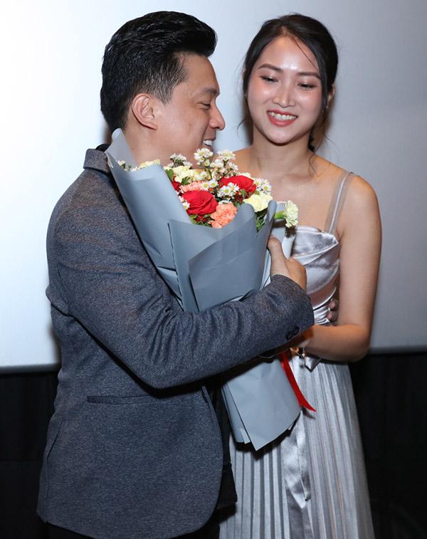 [CaptionYến Phương - bà xã của ca sĩ Lam Trường cũng bất ngờ xuất hiện để chúc mừng chồng, xóa tin đồn trục trặc về hôn nhân mà cộng đồng mạng đề cập những ngày gần đây. Thậm chí Yến Phương trong cuộc trả lời phỏng vấn riêng với báo chí còn nhấn mạnh