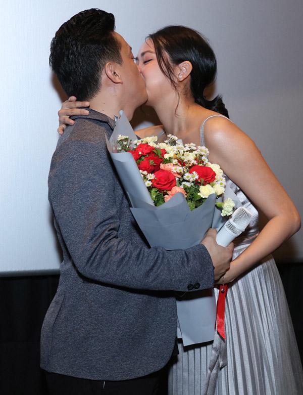 Trên sân khấu buổi họp báo đôi vợ chồng thắm thiết ôm hôn nhau, bác bỏ tin đồn trục trặc tình cảm.