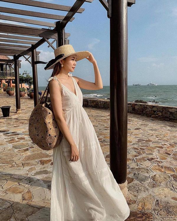 Váy trắng thiết kế trên các chất liệu vải thô, mang lại sự thoáng mát là sản phẩm được yêu thích nhất mùa hè này. Thanh Hằng cũng nhanh chóng làm mới tủ đồ bằng các mẫu trang phục đúng trend.