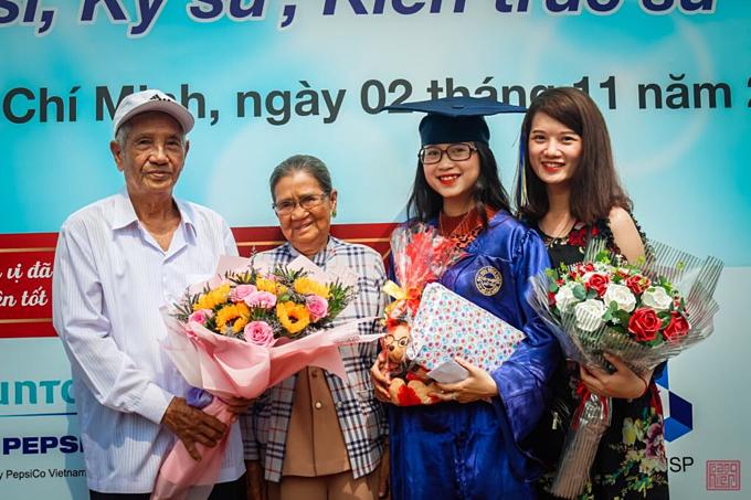 Ông Bích và bà Thuận trong lễ tốt nghiệp đại học của cháu ngoại, Như Hảo (thứ 3, từ trái qua).