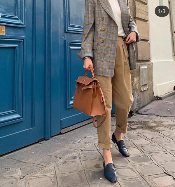 Để set quần áo đơn sắc không còn đơn diệu, các nàng có thể chọn những mẫu blazer kẻ sọc ca rô để tạo điểm nhấn cho tổng thể.