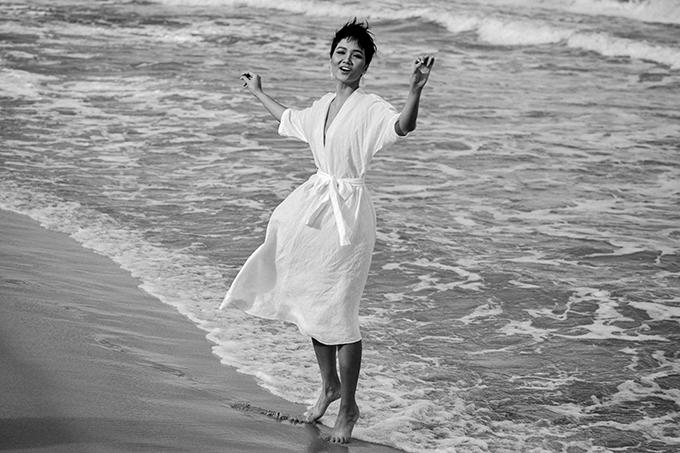 Một khoảnh khắc phiêu cùng gió và sóng biển của người đẹp sinh năm 1992.