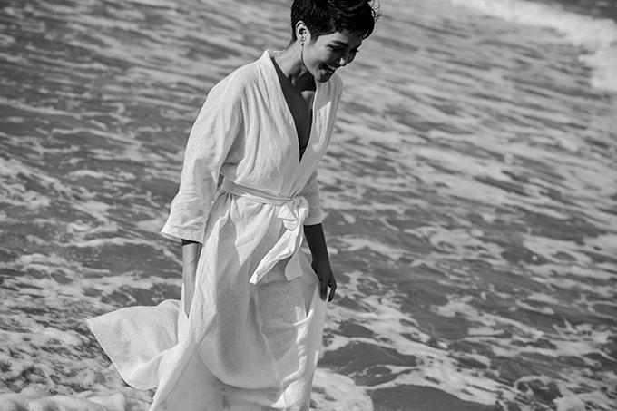 Gần đây, HHen Niê đi công tác tại một vùng biển.