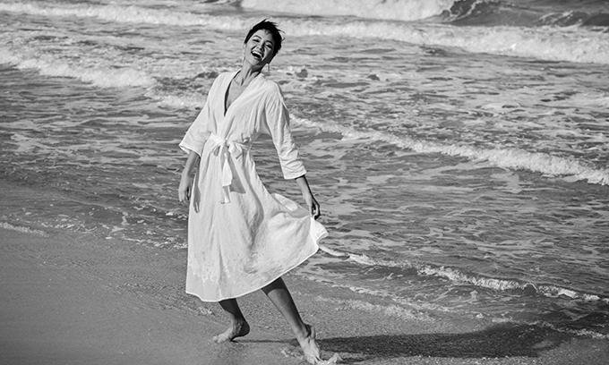 Trong lúc chờ êkíp chuẩn bị cho việc ghi hình, Hoa hậu Hoàn vũ Việt Nam đi dạo bãi biển và vô tư vui đùa.